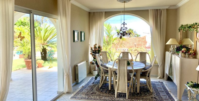 San Patricio: Bungalow with garage, heating and pool