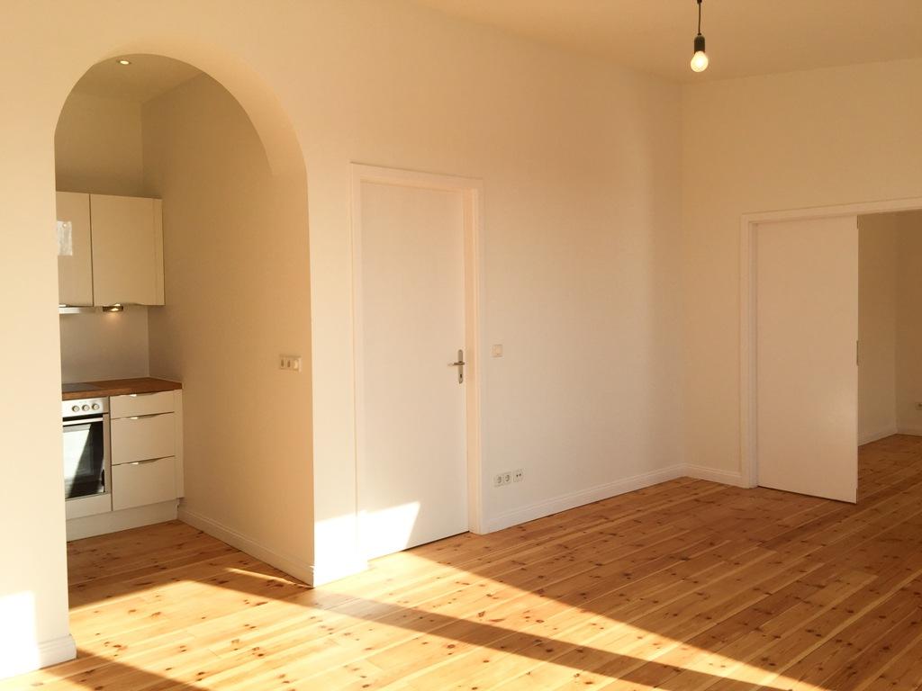 Moabit: Dachgeschoss mit Holzboden und Balkon