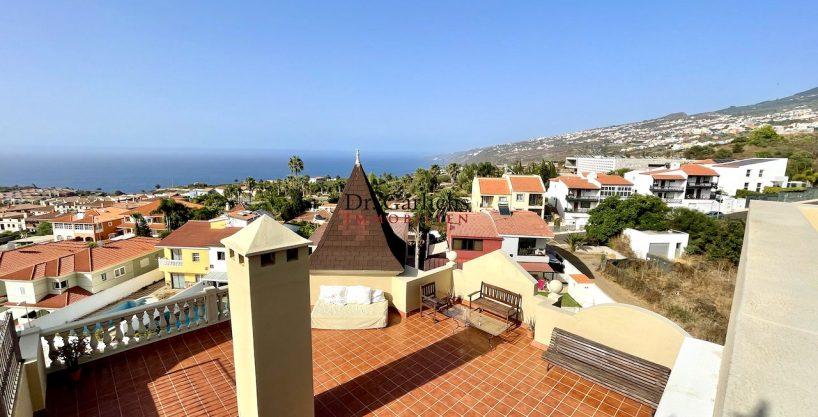 Dachgeschoss mit großzügigen Terrassen und Pool